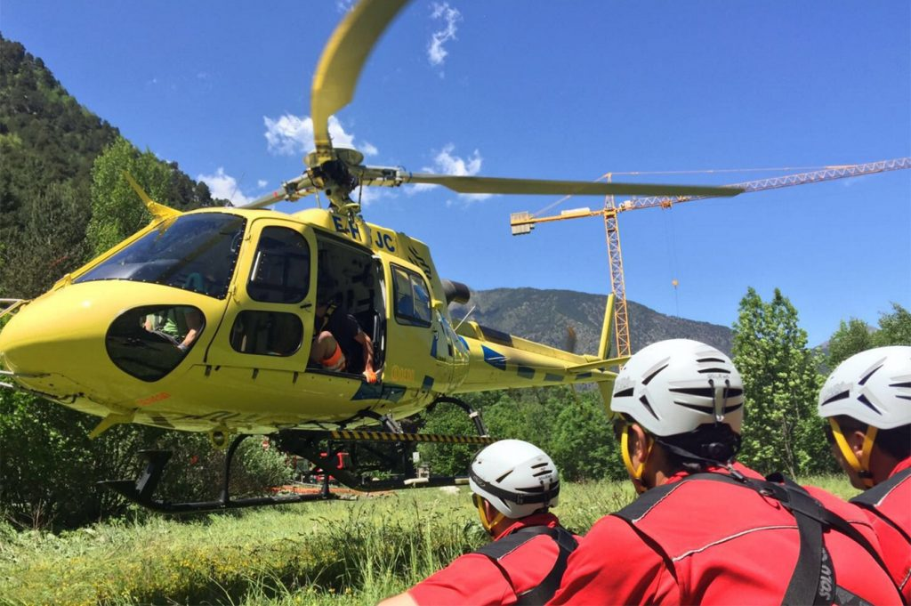 Bombers pujant a helicòpter
